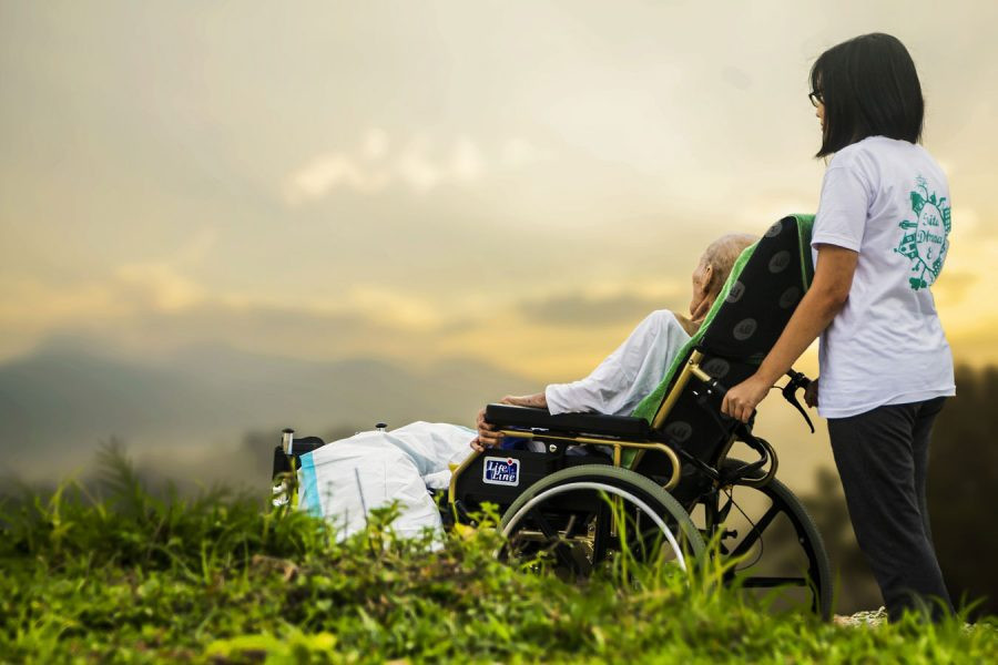 Rollstuhlfahrerin und Pfegerin