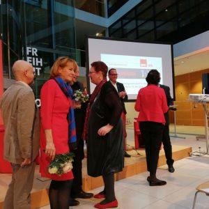Edelgard Bulmahn hört zu! links vorn Klaus Klemm Mitte: Meike Jensen, im Hintergrund Ulf Daude beide Vorstandsmitglieder der AfB , mit roter Jacke Eva Maria Stange