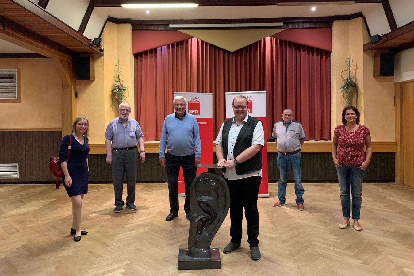 Das Foto zeigt Benedikt Pape mit den geschäftsführenden SPD-Kreisvorstand.