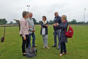 Gruppenbild auf dem Sportplatz