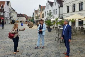 Birgit Honé, Dörte Liebetruth und Lutz Brockmann auf dem Rathausplatz